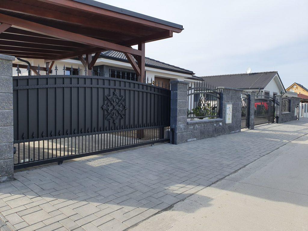 Pohľad na kovanú bránu a plot Hrubá Borša