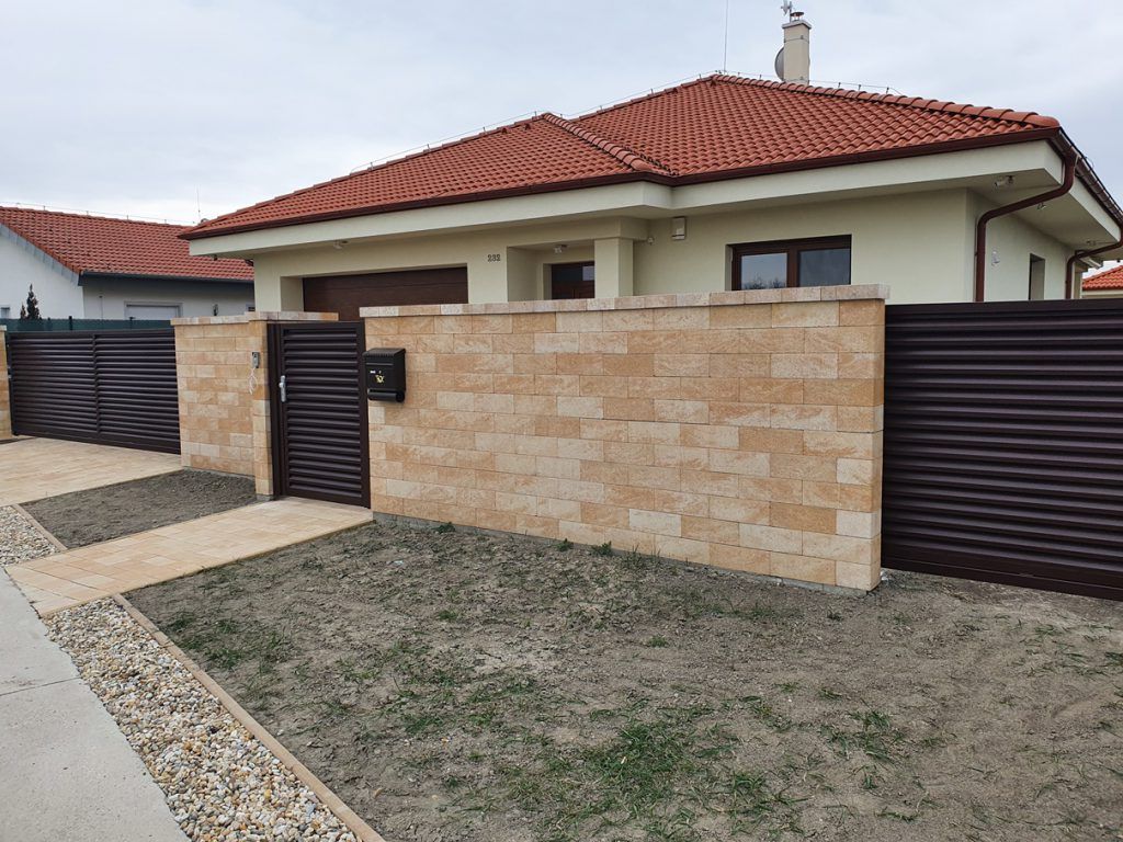 Hnedá lamelová brána s plotom